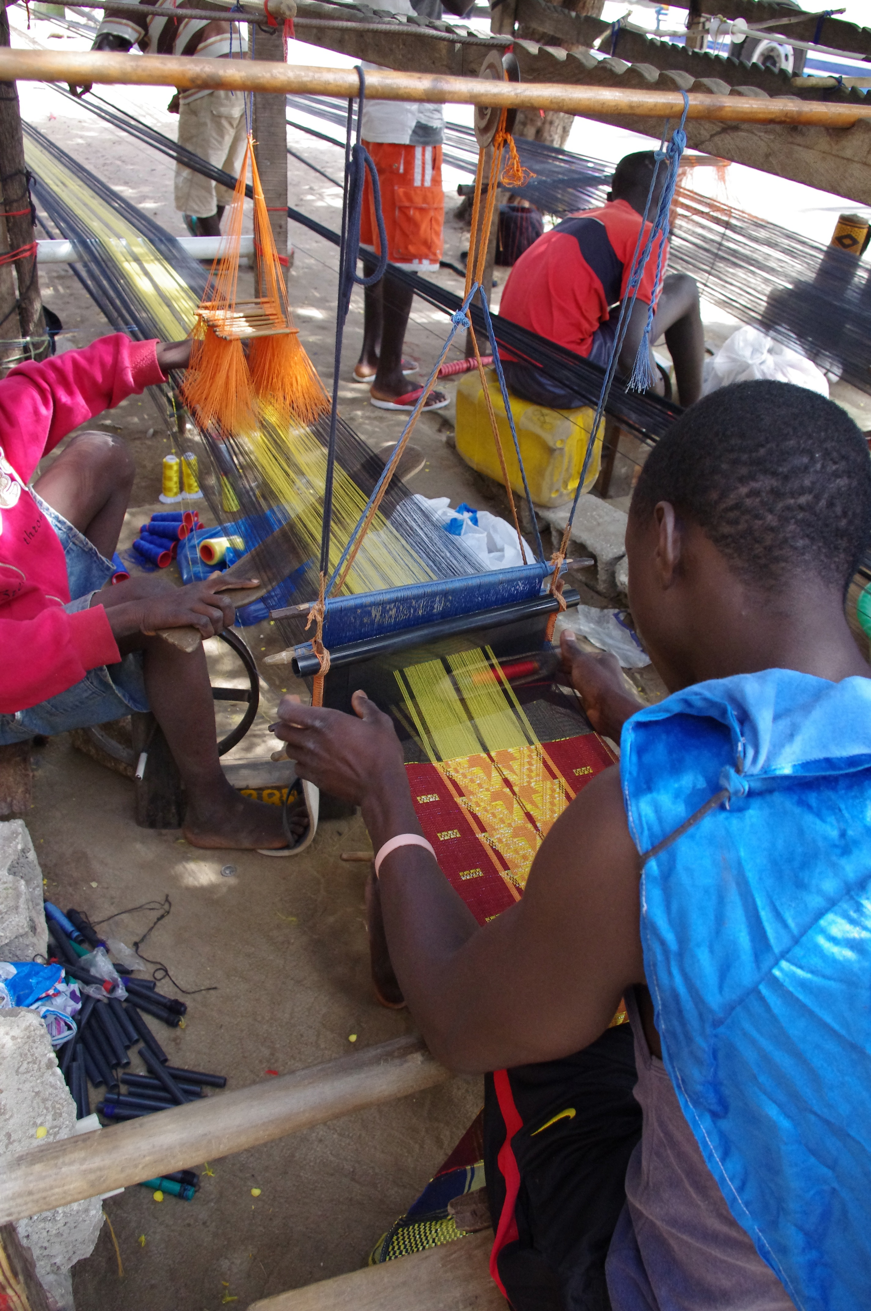 Mandjak weaving on the street in Dakar